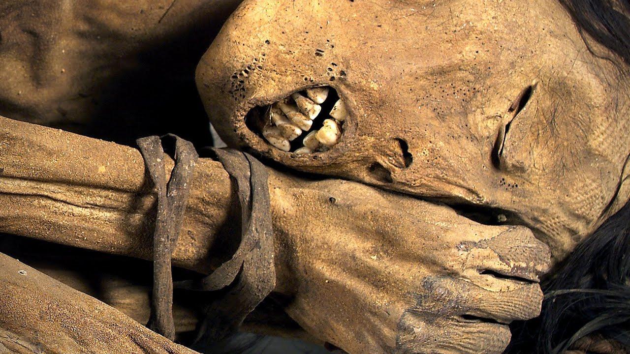 Dựng tóc gáy với tập tục ướp xác người chết để trong bếp của một bộ tộc ở Indonesia