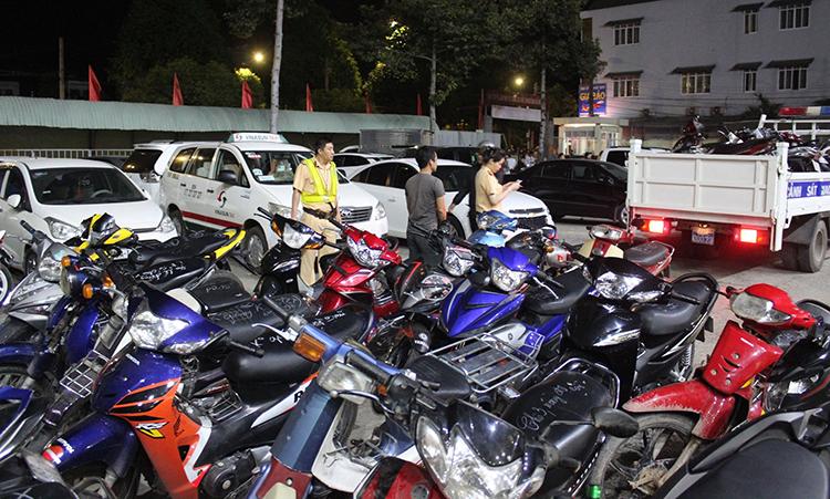 Tin 113 ngày 08/12: 200 xe máy 'đi bão' mừng bóng đá bị tạm giữ