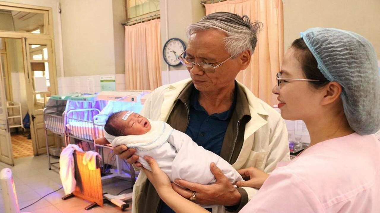 Cụ ông 70 tuổi đón con trai chào đời sau nhiều năm chữa vô sinh