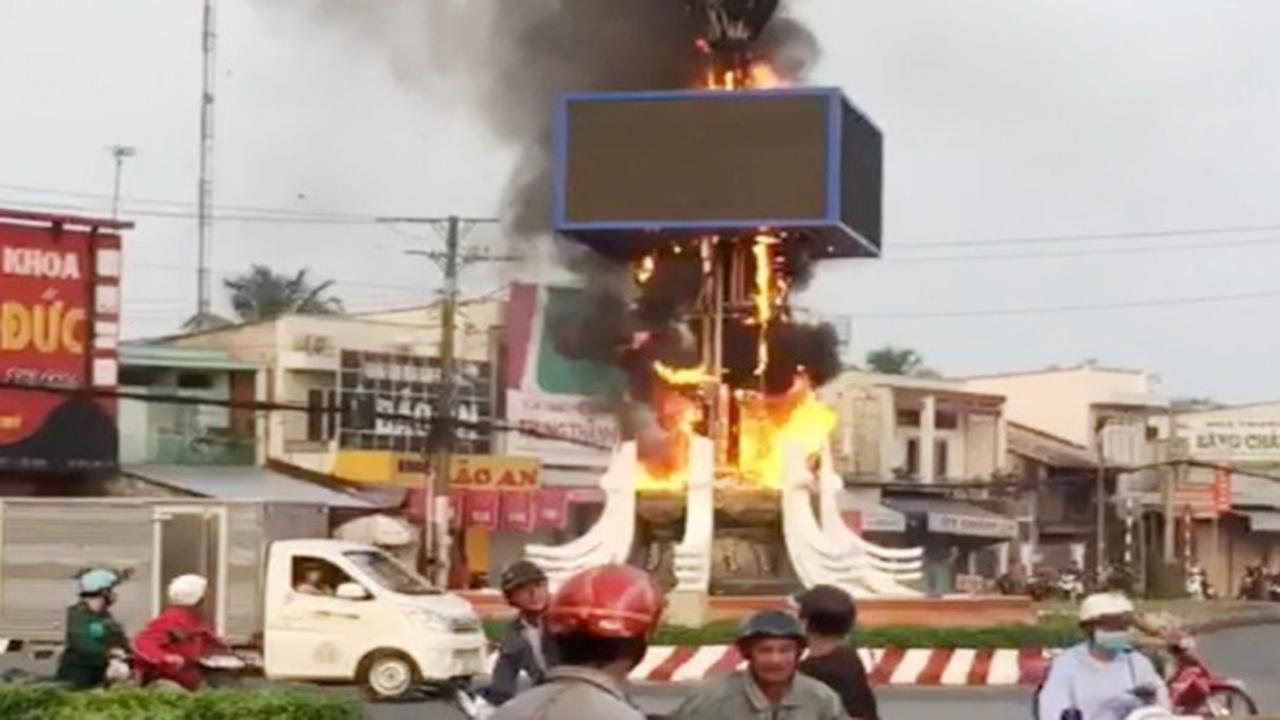Trụ đèn trang trí Tết tại Hậu Giang bốc cháy như ngọn đuốc giữa ngã tư đông người qua lại