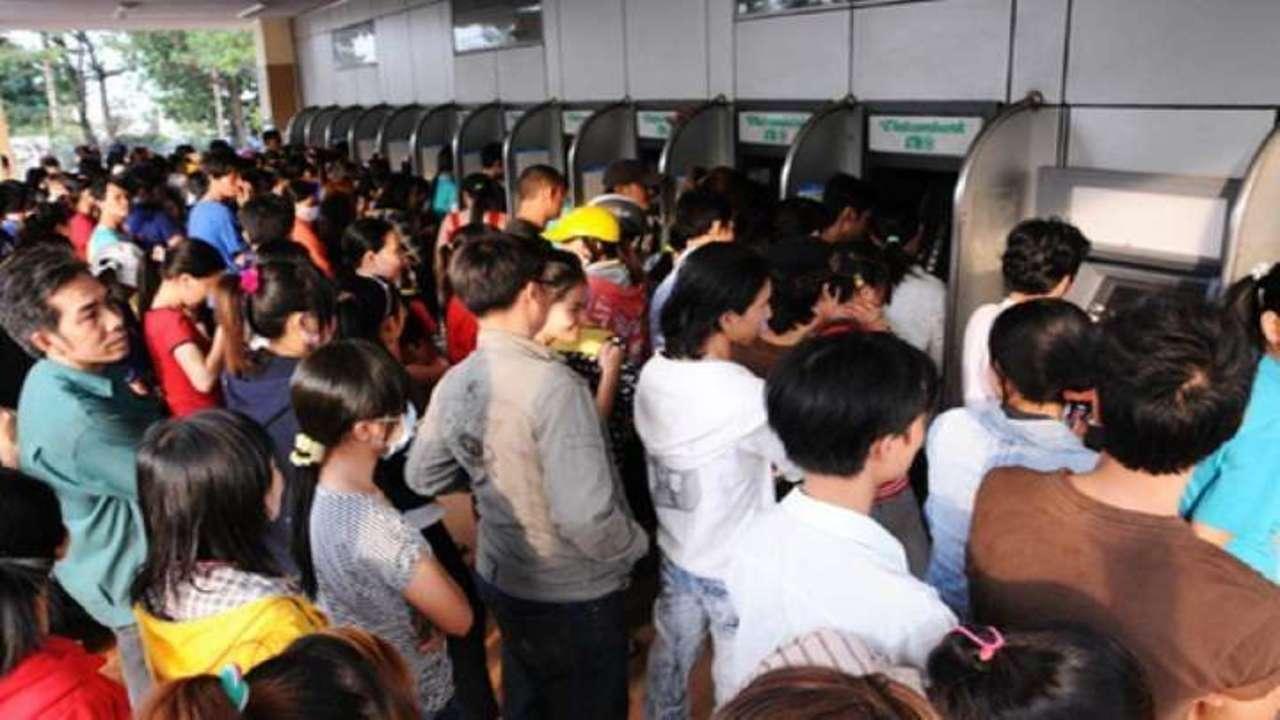 Hàng ngàn người xếp hàng chờ rút tiền tại các cây ATM những ngày giáp Tết Canh Tý