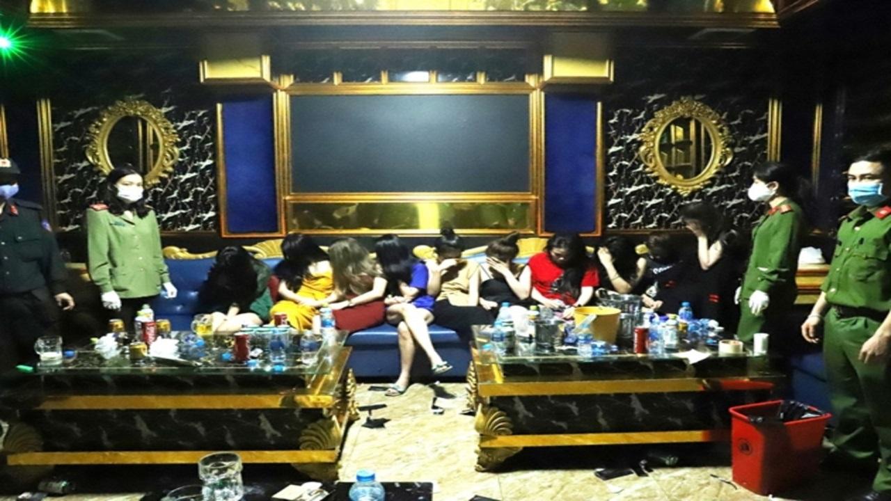 Gần trăm nam nữ tổ chức tiệc ma túy trong quán bar treo biển  Tạm nghỉ vì dịch COVID 19